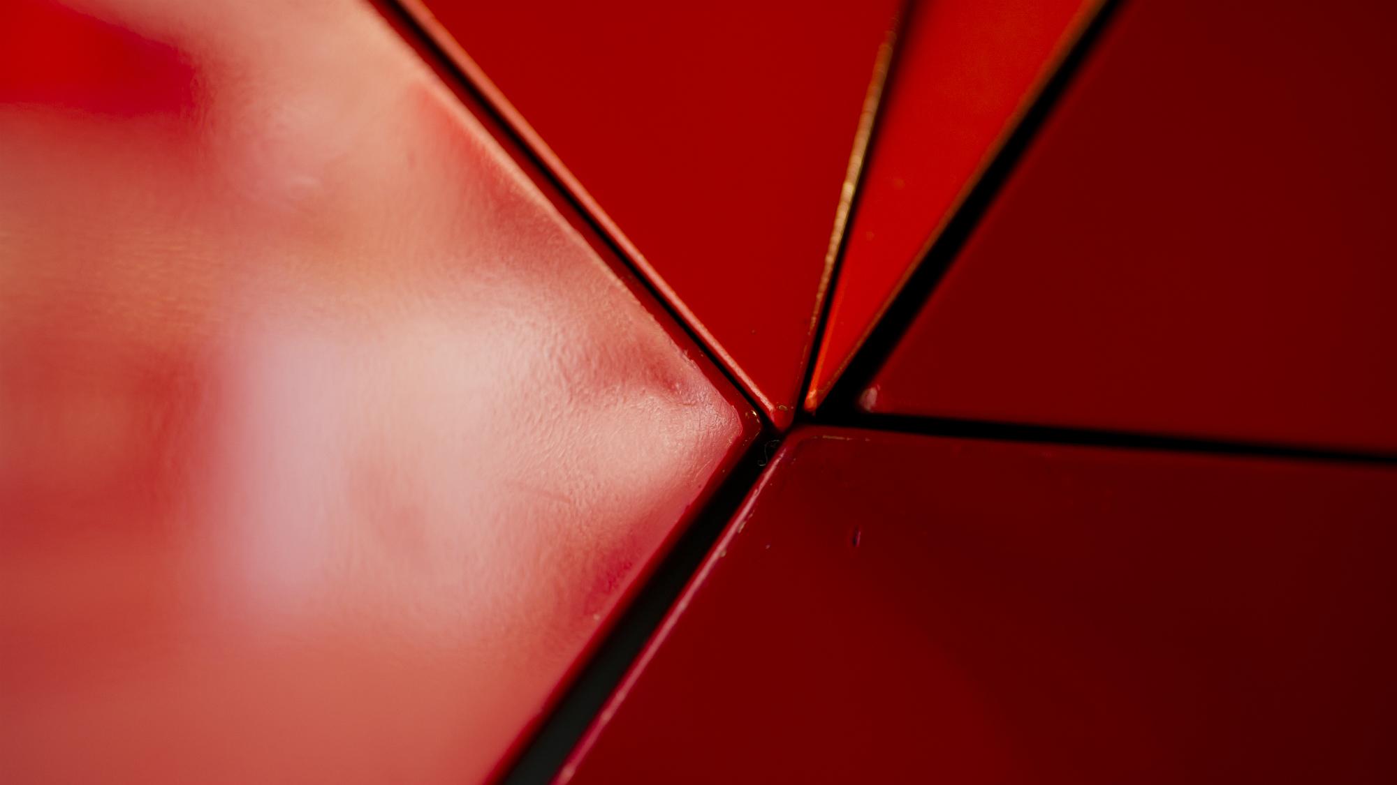 Detailansicht von Jean Baiers Wandarbeiten aus Aluminium an der Universitaet St.Gallen (HSG)